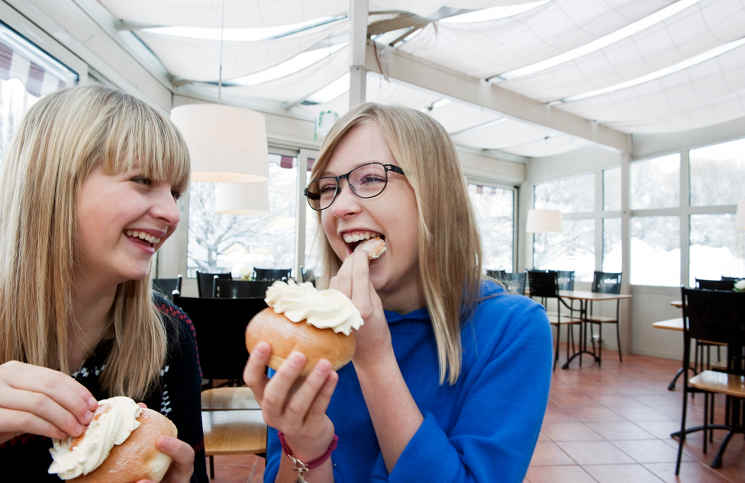 camilla_degerman-eating_semla-1639