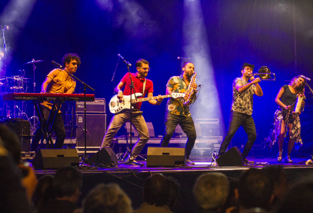 Tuesday evening brought party vibes also to the Skeppsbron stage in the form of the Colombian band Puerto Candelaria